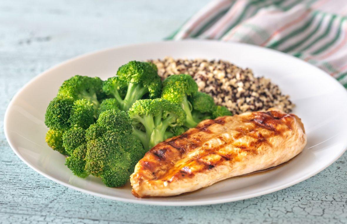 Cină sănătoasă: quinoa cu broccoli și pui